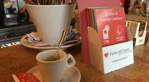 Bustine di zucchero ed espositori informativi per la campagna di sensibilizzazione alle manovre di rianimazione di Pavia nel Cuore